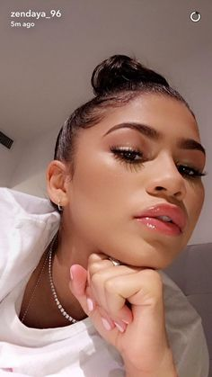 Fun fact: Zendaya does her makeup better than you do, and better than most makeup artists, too. Check out these 10 photos to prove that Zendaya is actually insanely good at doing her own makeup. Moda Zendaya, Skin Makeup, Beauty Makeup, Hair Beauty, Makeup Inspo, Makeup Inspiration, Zendaya Makeup, Zendaya Nails, Zendaya Swag