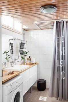 Pieni ikkuna valaisee kylpyhuonetta yllättävän hyvin. Kylpyhuoneen kalusteet…