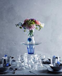 Un centrotavola realizzato con una torre di oggetti in vetro sormontata da un mazzo di fiori - IKEA