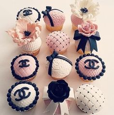Treating us to some oh so cute cupcakes is For your bridal shower or wedding these cupcakes are so classy and fabulous! Chanel Torte, Bolo Chanel, Coco Chanel Cake, Fondant Cupcake Toppers, Cupcake Cookies, Chanel Birthday Party, Birthday Parties, Cupcakes Chanel, Paris Cupcakes