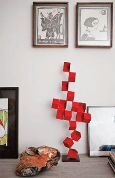 Na reforma deste sobrado, a arquiteta Ana Spina adotou soluções despojadas, como criar um móvel de concreto na sala, recuperar armários com pintura e conservar o piso do andar de cima. Outros morad…