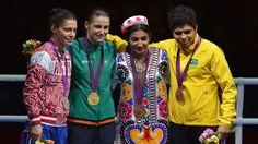 Adriana Araújo com a medalha de bronze no pódio do peso-leve do boxe londres 2012 olimpiadas (Foto: AFP)