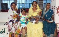 रायपुर जिले के पंचायत प्रतिनिधि उपरवारा स्थित हमर छत्तीसगढ़ आवासीय परिसर में पंजीयन कराते हुए. बच्चे उत्सुकता से पंजीयन प्रक्रिया को देख रहे हैं, वहीं महिला प्रतिनिधि और बुजुर्ग हाल में लगाए गए सोफे पर बैठकर अपनी बारी आने का इंतजार कर रही हैं.