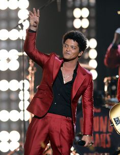 Bruno Mars Photos - Singer Bruno Mars performs onstage during the 2013 Billboard Music Awards at the MGM Grand Garden Arena on May 19, 2013 in Las Vegas, Nevada. - Inside the Billboard Music Awards