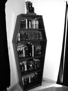 The post Sarg Bücherregal gruselig cool! 2019 appeared first on Floral Decor. Gothic Room, Gothic House, Gothic Living Rooms, Emo Room, Horror Room, Goth Bedroom, Gothic Bedroom Decor, Skull Bedroom, Cool Bookshelves