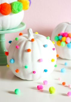 Pumpkin Week: Pom-Pom Decorated Pumpkins - Design Improvised Needing a little extra color this Halloween? These pom-pom pumpkins are just for you! Happy Halloween, Pink Halloween, Holidays Halloween, Halloween Pumpkins, Halloween Crafts, Fall Crafts, Halloween Decorations, Halloween Party, Halloween Quotes