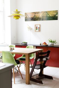 wiener wohnsinnige homestory, kueche , eames chair dsw - by wiener wohnsinn homestory Eames, Dining Area, Office Desk, Designer, Chair, Interior, Table, Furniture, Home Decor