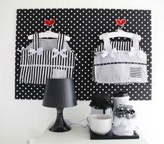Quarto de bebê em preto, branco e vermelho