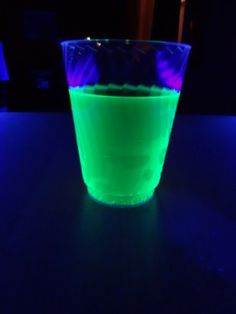 Liquids that glow in the dark and party drink recipe ideas. Make glowing milkshakes, fruit drinks, energy mix, fluorescent Jell-O, and even a prank glow drink. Glow In The Dark Drinks Alcohol, Party Drinks Alcohol, Party Food And Drinks, Haloween Drinks, Halloween Drinks Kids, Halloween Party Decor, Halloween Crafts, Blue Party Decorations, Prom Decor