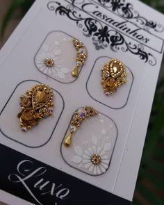 Bom Dia... Aquele Branquinho Divo!!! Os mais Pedidos ↪💖 ✔Pedrarias com 💎@luxorpedrarias . ✔Cartões com 🎨@joh_adesivos_0501 . ✔Carimbos com… Paint Booth, Nailart, Manicure, Nail Colors, Henna, Earrings, Prints, Accessories, Jewelry
