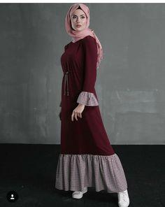 Pinned via Maroon ruffled dress, Modest muslimah hijab outfit femin. Pinned via Maroon ruffled dress, Modest muslimah hijab outfit feminine vintage vibes Hijab Outfit, Hijab Dress Party, Hijab Style Dress, Abaya Fashion, Muslim Fashion, Modest Fashion, Fashion Dresses, Mode Abaya, Mode Hijab