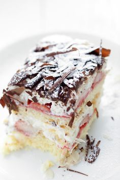 Stracciatella cake with strawberries_  Cream cake with chocolate chips and almonds. Simple, quick to prepare and delicious!