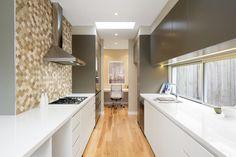Kitchen Island, Kitchen Cabinets, Kitchen Design, Home Decor, Island Kitchen, Cuisine Design, Decoration Home, Room Decor, Kitchen Cupboards