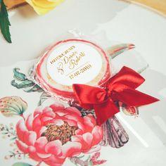 Lizaki w wyjątkowym wydaniu to z pewnością odpowiedni pomysł na upominek dla gości! Wasi najbliżsi poczują się wyjątkowo wyróżnieni, a lizaki położone na stołach staną się piękną dekoracją weselną! #kolekcjaflora #kolekcjaslubna #slub #wesele #prezentdlagosci #podarunekdlagosci Flora, Table Decorations, Retro, Tableware, Home Decor, Dinnerware, Neo Traditional, Dishes, Rustic
