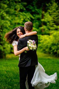 Mirele si mireasa - sedinta foto #wedding #photoshoot #bride #groom #fotograf #nunta Foto Wedding, Wedding Day, Couple Posing, Wedding Photoshoot, Couple Photography, Bride Groom, Illusions, Exterior, Poses