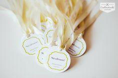 Wedding, alcohol labels on the bottle, made of white paper with ecru ribbon and lime ornament/ Zawieszka na butelkę na kremowej wstążce wykonana z satynowanego papieru z limonkowym motywem.