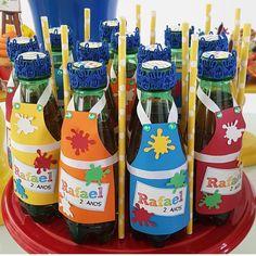 """305 curtidas, 4 comentários - Dicas De Lembrancinhas (@asmelhoreslembrancinhas) no Instagram: """"Garrafas decoradascom avental. De @promoveeventos. . #asmelhoreslembrancinhas #mimospersonalizados…"""" Art Themed Party, Fun Party Themes, Party Activities, Art Party, Birthday Party Themes, Class Birthdays, Artist Birthday, Painting For Kids, Party Time"""