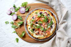 Koolhydraatarme pizza met zalm en rucola