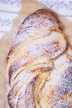 Sehr einfach und lecker, aber zu viel Zucker in der Quarkma… Quark cinnamon bread plait. Very simple and tasty, but too much sugar in the curd cheese mass. Cinnamon can be replaced by vanilla. Easy Cookie Recipes, Sweet Recipes, Baking Recipes, Dessert Recipes, Quark Recipes, Bread Recipes, Bread Plait, German Baking, Cinnamon Bread