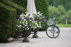 Bicyclette devant la Villa Palladienne Jura 2008 by Phil Plug, via Flickr