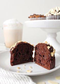 Muffin allo yogurt greco senza uova e senza burro con nocciole Delicious Cookie Recipes, Yummy Cookies, Sweet Recipes, Cake Recipes, Yummy Food, Food Obsession, Healthy Cake, Cooking Light, Food 52