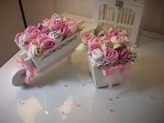 Vaso provençal de MDF com flores de tecido, carrinho com flores preço R$ 45,00. A gaiola não está incluso no preço. R$ 35,00