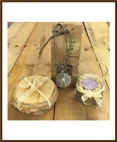 Thee met glazen theelichthouder en houten onderzetters