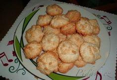 POTŘEBNÉ PŘÍSADY:  5 bílků 25 dkg cukru  25 dkg kokosové moučky  strouhanka  vanilkový cukr  POSTUP PŘÍPRAVY:  Z bílků našleháme sníh, opatrně do něj vmícháme cukr, kokos a přidáme hrst strouhanky.