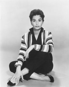 Jean Simmons rockin that short hair cut and outfit. Old Hollywood Movies, Hollywood Actresses, Classic Hollywood, Actors & Actresses, Jean Simmons, Gene Tierney, Olivia De Havilland, Feminine Mystique, Vivien Leigh