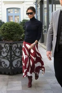 🖤 ​​Long skirt: How to choose the ideal long skirt and how to wear it. Tips and ideas of looks to wear this timeless of the wardrobe, on stylee.fr Here Victoria Beckham - Another long skirt worn by Vi Mode Victoria Beckham, Victoria Beckham Outfits, Victoria Beckham Fashion, Victoria Beckham Clothing, Fashion Mode, Look Fashion, Ladies Fashion, Fashion Fall, Autumn Fashion Over 40