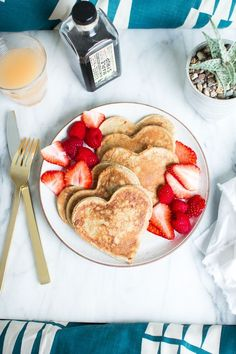 Heart Shaped Whole Wheat Banana Pancakes -- Perfect for a weekend breakfast in bed! Mothers Day Breakfast, Breakfast In Bed, Romantic Breakfast, Valentines Breakfast, Breakfast Pancakes, Wedding Breakfast, Birthday Breakfast For Husband, Romantic Food, Valentines Day Dinner