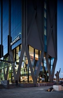 Media for Novotel Hotel Auckland International Airport Modern Architecture Design, Hotel Architecture, Steel Columns, Small Buildings, Steel Structure, Building Design, Auckland, Exterior Design, Facade