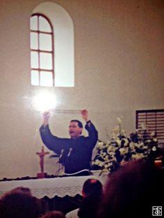 MEDJUGORJE:- Sinal Luminoso e Misterioso sobre a Cruz do Terço ao ser erguido pelo Padre Jozo em  1990, durante sua pregação aos devotos.