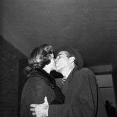 Lauren Bacall y Humphrey Bogart, a los besos en los años 50 Hollywood Couples, Old Hollywood Movies, Old Hollywood Glamour, Hollywood Actor, Golden Age Of Hollywood, Hollywood Stars, Classic Hollywood, Humphrey Bogart, Lauren Bacall