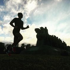 """Começando os trabalhos pra o longo de 18km hoje! Saindo daqui do monumento""""deixa que eu empurro""""  com o sol nascendo ao fundo . . Vou até o Villa Lobos e volto! . Bom dia!!! . #acordapracorrer #focanacorrida #rwbrasil #marcelocamargotreinamento #correrecompartilhar #brasilrunners #runitfast #euatleta #marathon #vccorrendo #corredoresamigos #viciadosemcorridaderua #endorfina #foco #vidadeumcorredor #vidadeatleta #worlderunners #instarunners #runnerscommunity #runningporai #fb"""