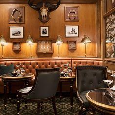 Ritz Paris Bar - love the traditional yet sophisticated style Paris Bars, The Ritz Paris, Banquet Seating, Beautiful Interior Design, Paris Hotels, Cafe Interior, France, Retail Design, Restaurant Design