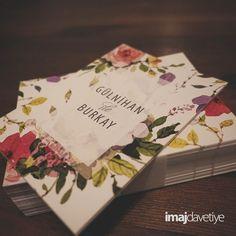 Çift taraflı baskı Düğün/Nişan Davetiye kartı. Mat yüzey.  Suluboya tarzında çiçek desenli davetiye Davetiyenizin yazı içeriği isteğinize göre tasarlanır.