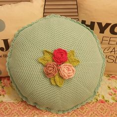 Crocheted round cushion whit rose dekor. Vintage style. Lovely colors :) Hæklet rund pude med roser. Tig isi yuvarlak kirlent.