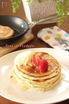 パンケーキの中に、ハーブを入れて香り高く。ビタミン、ミネラル豊富で美肌に効果的。朝食やおやつにいかがでしょうか?