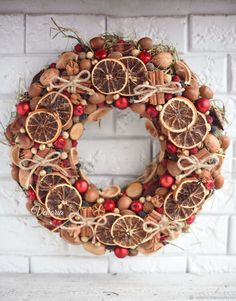 A natural Christmas wreath will decorate your front door! Natural Christmas, Rustic Christmas, Christmas Holidays, Christmas Wreaths, Christmas Crafts, Christmas Ornaments, Gold Christmas, Simple Christmas, Handmade Christmas Decorations