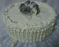 Bolo Branco Decorado - Cake - https://www.docemeldoces.com/