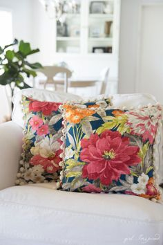 GREAT tips to make professional pillows and good instructions for adding invisible zipper with pom pom trim
