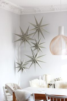 10 Stary ornaments for a chic Christmas (Daily Dream Decor) Noel Christmas, Christmas Countdown, Winter Christmas, Christmas Crafts, Xmas, Green Christmas, Christmas Tables, Christmas Gift Wrapping, Scandinavian Christmas