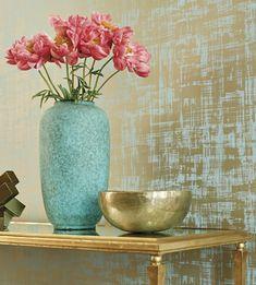 papier peint trompe l'oeil finition brillante en bleu turquoise avec des touches dorées, murs d'entrée, vase en turquoise, bol en couleur or, table d'entrée en métal couleur or et verre trempé