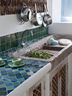 Casa Simples tiled kitchen with stone sink Küchen Design, Design Case, Design Ideas, Design Concepts, New Kitchen, Kitchen Decor, Kitchen Black, Summer Kitchen, Kitchen Furniture