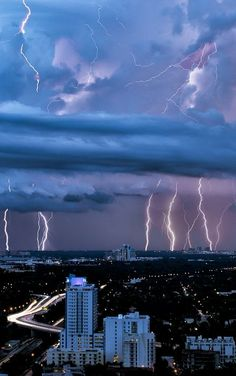 Lightning Storm over Miami, Florida. Beautiful Clouds over a City of Darkness. All Nature, Science And Nature, Amazing Nature, Weather Cloud, Wild Weather, Fuerza Natural, Look Wallpaper, Cool Pictures, Cool Photos