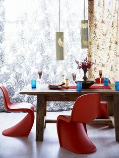 Den berømte Panton Chair ble designet i 1968 av danske Verner Panon Colorful Interior Design, Colorful Interiors, Panton Chair, Beautiful Space, Vintage Furniture, Pantone, Home And Living, Interior Decorating, Table Settings