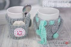 CAAB Mug Hugs Winterset Häkelanleitung Crochet Coffee Cozy, Crochet Cozy, Crochet Gifts, Crochet Home Decor, Crochet Kitchen, Christmas Knitting, Easy Crochet Patterns, Knitting For Beginners, Yarn Crafts