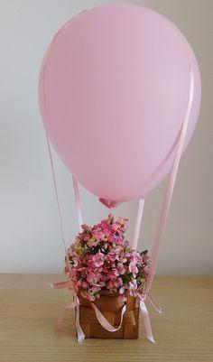 Olha a delicadeza desse centro de mesa para uma festa de tema balões. Quem faz…
