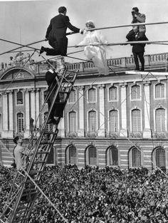 Jean Dieuzaide. Sur les épaules du père de la mariée. 1953